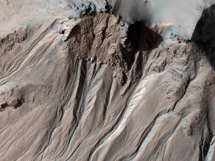 Mahdollisia veden virtausjälkiä Hale-kraatterissa Marsissa. Kuva Nasa / JPL-Caltech / Arizonan yliopisto