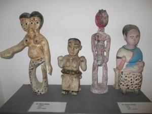 Erilaisia Mami wata -patsaita Villa Karon pikkumuseossa.