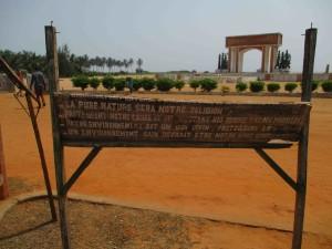 """""""Portti, jonka jälkeen ei ole paluuta"""". Unesco rakennutti vuonna 1992 (Amerikkaan tunkeutumisen 500. juhlavuosi) Ouidahiin orjakaupasta kertovan muistomerkin, orjatien, joka päättyy merenrannalle, missä orjat lastattiin laivoihin."""