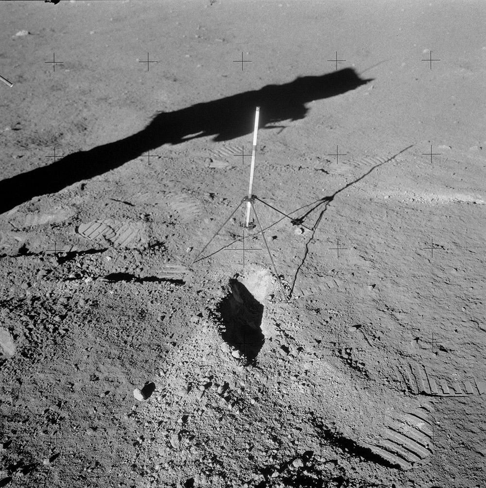 Tutkimuskaivannosta noussut Copernicus-kraatterin todennäköinen heittele näkyy pinta-ainesta vaaleampana.