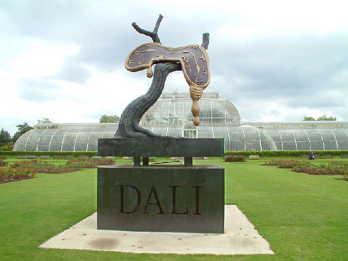 Salvador Dalín kuuluisa valuva kello La persistencia de la memoria -maalauksesta Lontoon Kew Gardens -puistossa. Kuva Stephen Dawson (CC BY-SA 2.0)