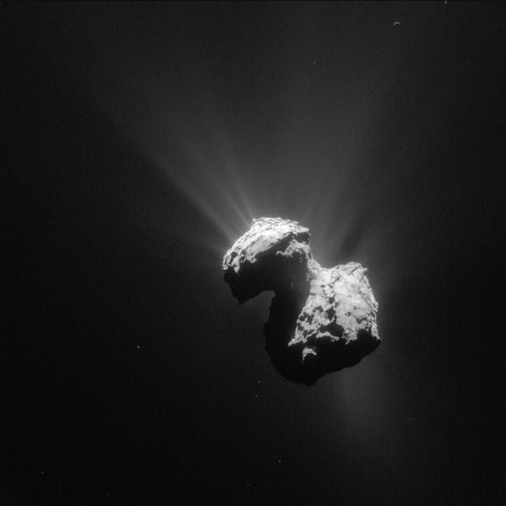 Komeetta 67P/Churyumov–Gerasimenko aktiivisimmillaan heinäkuussa 2015. Kuva ESA / Rosetta / NAVCAM