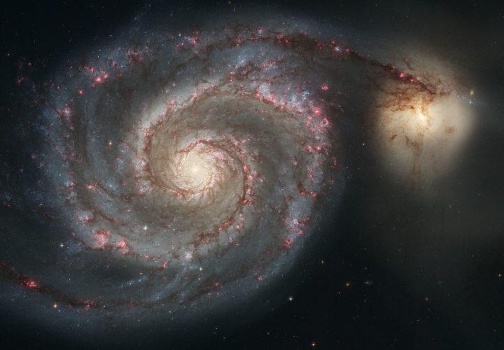 Pienempi NGC 5195 (oikealla) on lipumassa hitaasti Pyörregalaksin M51 ohi takakautta. Seuralaisen painovoimavaikutus näyttää selkiyttäneen Pyörregalaksin spiraalirakennetta ja käynnistäneen tähtien syntyä sen kierteissä. Kuva Nasa / ESA / S. Beckwith (STScI) / The Hubble Heritage Team (STScI/AURA)