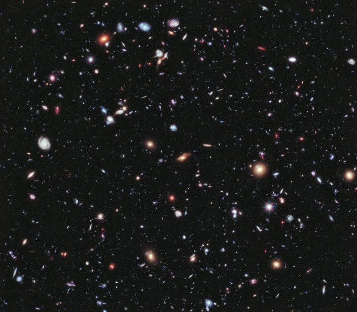 Hubble-avaruusteleskoopin eXtreme Deep Field –kuva on otettu eteläisen Sulatusuunin tähdistön suunnalta, sellaiselta alueelta taivasta, jossa ei juuri näy tähtiä. Se on siis ikkuna galaksiavaruuteen. (Kuvassa erottuu itse asiassa kolme tähteä, ne erottaa galakseista siinä että niiden ympärillä näkyy sädemäinen kuvio – kaikki muut ovat galakseja). Kuvan alue on halkaisijaltaan vain noin kymmenesosa täysikuun leveydestä. Kuvaa on valotettu yhteensä 23 vuorokautta, ja siinä erottuu noin 5 500 galaksia. Niistä kaukaisimmat nähdään sellaisina, kuin ne olivat noin 13,2 miljardia vuotta sitten. Universumi on 13,8 miljardia vuotta vanha. Kuva Nasa; ESA; G. Illingworth, D. Magee ja P. Oesch, University of California, Santa Cruz; R. Bouwens, Leiden University; ja the HUDF09 Team