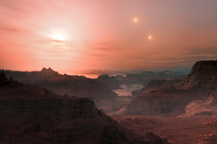 Koska eksoplaneettoja on niin vaikea valokuvata, ja ne nähdään kuvissa toistaiseksi vain murheellisina valotöhninä, voimme koettaa tehdä valistuneita arvailuja siitä, miltä niiden pinnalla voisi näyttää. Tätä varten on olemassa avaruuskuvittajia, jotka tekevät tähtitieteilijöiden kanssa yhteistyötä, jotta kuvat voisivat vastata todellisuutta mahdollisimman hyvin. Tämä taiteilijan näkemys esittää auringonlaskua nähtynä kolmoistähtijärjestelmässä kiertävältä planeetalta nimeltä Gliese 667 Cc. Se vastaa massaltaan noin neljää maapalloa ja sijaitsee meistä vajaan 24 valovuoden etäisyydellä. Tällaisia planeettoja kutsutaan usein supermaapalloiksi, ja koska sen läpimittaa ei tunneta, ei ole varmaa, onko kyseessä kiviplaneetta vai hyvin pieni kaasuplaneetta. Tässä on kuviteltu sen olevan kiviplaneetta (jonka pinnalla virtaa vieläpä jotain nestettä). Taivaan kirkkain tähti on punainen kääpiö Gliese 667 C. Kaksi muuta tähteä, Gliese 667 A ja B, sijaitsevat kauempana ja näkyvät taivaalla oikealla. Kuva ESO / L. Calçada
