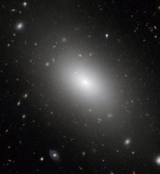 Elliptisistä galakseista on puhuttu näissä Linnunrata-sarjan teksteissä niin paljon, että otetaan tähän kuva yhdestä sellaisesta. NGC 1132 on valtava köriläs joka sijaitsee noin 320 miljoonan valovuoden päässä. Se löllii valtavassa pimeän aineen pilvessä, josta riittäisi kymmenille tai sadoille tavanomaisille galakseille. Galaksia kiertää tuhansia pallomaisia tähtijoukkoja ja kääpiögalakseja, jotka näyttävät olevan jämiä muinaisista syömingeistä. Sen takana avaruudessa näkyy suuri määrä paljon kauempana olevia galakseja. Kuva Nasa, ESA and the Hubble Heritage (STScI/AURA)-ESA/Hubble Collaboration. Acknowledgment: M. West (ESO, Chile)