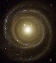 NGC 4622 on yksi harvoista spiraaligalakseista, joiden on havaittu pyörivän siten, että spiraalihaarat aukeavat menosuuntaan. Galaksi pyörii meistä katsottuna myötäpäivään. Poikkeuksellisen pyörimisen uskotaan johtuvan siitä, että NGC 4622 on ohittanut menneisyydessä jonkin toisen galaksin, joka on kääntänyt sen pyörimissuunnan. Galaksilla nähdään itse asiassa kaksi spiraalirakennetta, jotka aukeavat eri suuntiin. Havaintojen perusteella materian kiertosuunta kiekossa on kuitenkin sama, joten toinen spiraalirakenteista on edistävä. Kuva Nasa / The Hubble Heritage Team (STScI/AURA)