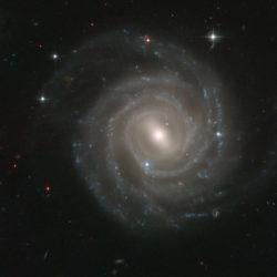 Hubblen ottama valokuva galaksista UGC 12158, jota pidetään hyvin saman näköisenä kuin Linnunrataa. Suunnilleen tällaisen kuvan siis saisimme sillä kyllin pitkällä selfie-kepakolla. Kuva ESA/Hubble & Nasa