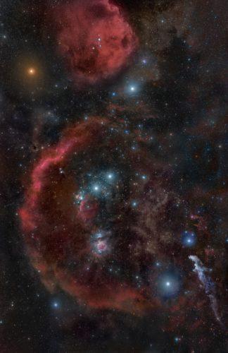 Pohjoisen pallonpuoliskon taivaalla sijaitseva, noin 1500 valovuoden päässä sijaitseva Orionin molekyylipilvikompleksi on osa Paikallista kuplaa reunustavista tähtiensyntyalueista. Sen pituus on satoja valovuosia päästä päähän ja se sisältää useita erikseen nimettyjä alueita kuten Orionin suuri kaasusumu (Orionin vyön keskimmäisestä tähdestä suoraan alaspäin), Hevosenpääsumu (heti vyön vasemmanpuoleisimman tähden alapuolella) ja Barnardin luuppina tunnettu kaasukaari, jonka alkuperästä ei ole varmuutta – sen uskotaan olevan joko Orionin sumua valaisevien tähtien ulosvirtausten muovaama tai pari miljoonaa vuotta vanha supernovajäänne.  Kuva Rogelio Bernal Andreo