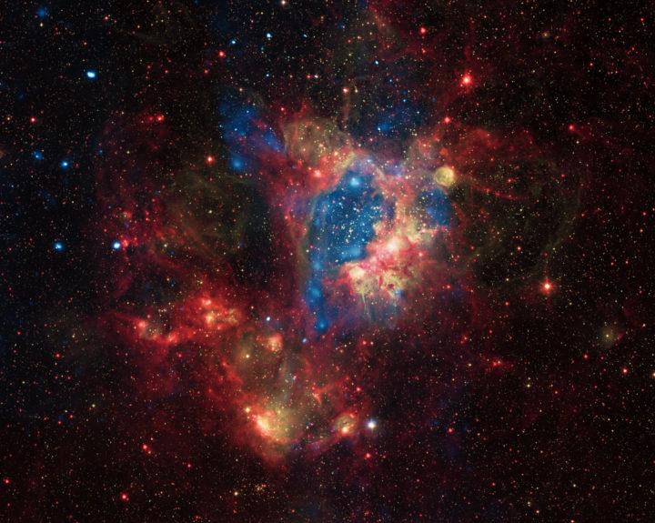 Naapurigalaksissamme Suuressa Magellanin pilvessä on valtava sumukompleksi N44, joka muistuttaa Paikallista kuplaa, jonka läpi Aurinko on matkalla. Se on halkaisijaltaan noin 1200 valovuotta, siis samaa kokoluokkaa kuin omakin kuplamme. Sitä ovat kaivertaneet niin massiivisten nuorten tähtien säteily kuin supernovat, kun tähdistä raskaimmat ovat räjähtäneet. Kuvan siniset alueet ovat röntgensäteilyä ja vastaavat alueen kuumimpia paikkoja. Punaiset alueet kertovat, missä on eniten pölyä ja viileää kaasua, jotka säteilevät infrapunasäteilyä. Keltainen väri vastaa näkyvän valon aluetta ja paljastaa tähdet sekä niiden valaiseman kaasun ja pölyn. Kuva  Näkyvä valo: ESO, röntgen: NASA/CXC/U.Mich./S.Oey, infrapuna: NASA/JPL