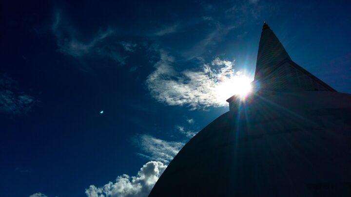 Auringon valon aiheuttama vihertävä puolipallo kameran linsseissä. Kuva Chalana Thilakarathna (CC BY-SA 4.0)