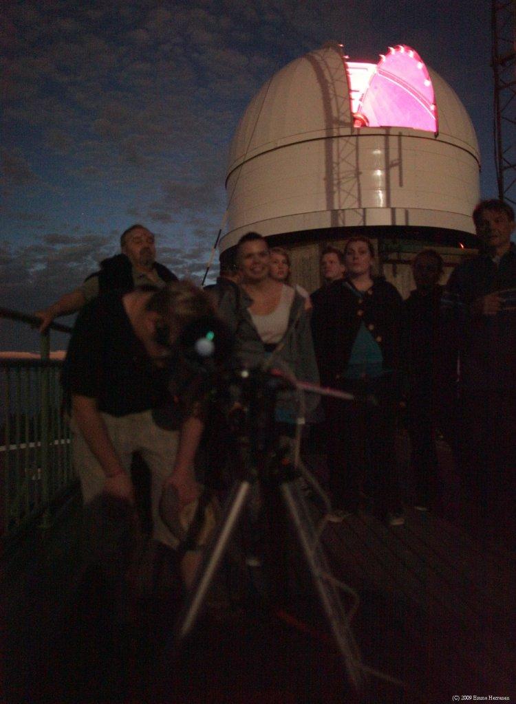 Tähtitorni on kiva iltakävelykohde ja evääksi voi ottaa vaikka termospullollisen glögiä. Kuva Tampereen Ursan tähtinäytöksestä (elokuu 2009).