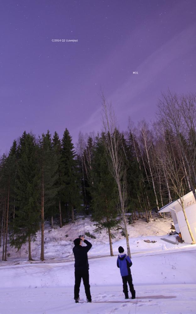 Kuutamossakin komeetan kärki erottuu kiikareilla helposti