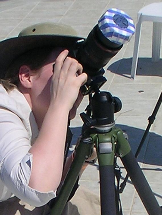 Yksinkertaisen aurinkosuotimen kameralle voi rakentaa vaikka aurinkokalvosta ja kertakäyttölautasesta. Kuva: Henrik Sampe 2006
