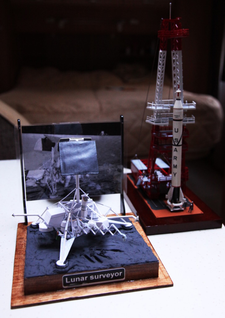 Jari Kuulan rakentamat paperipienoismallit kuulaskeutujasta ja raketista.