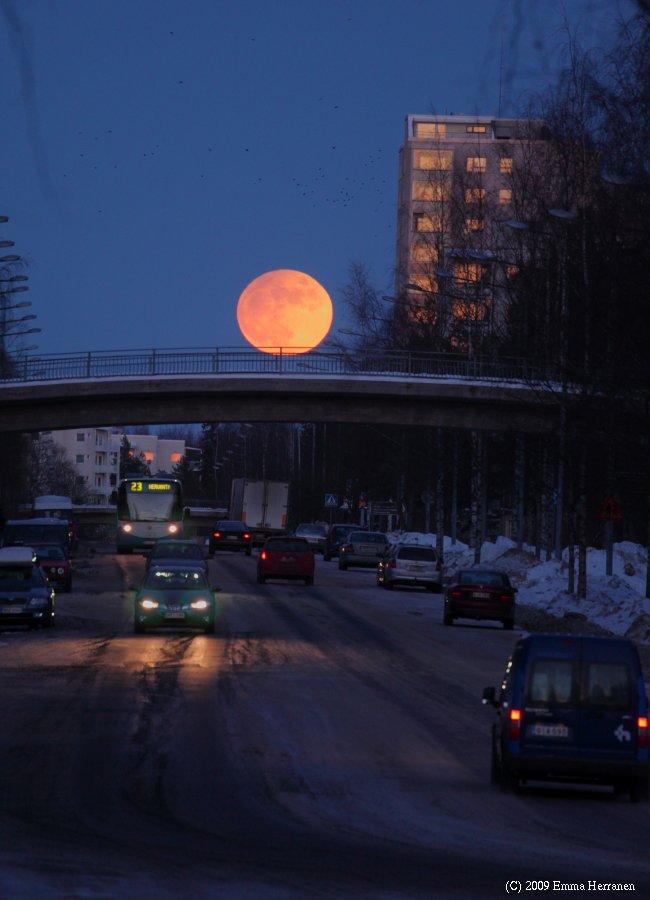 Osittainen kuunpimennys Tampereen Hervannassa helmikuussa 2008.