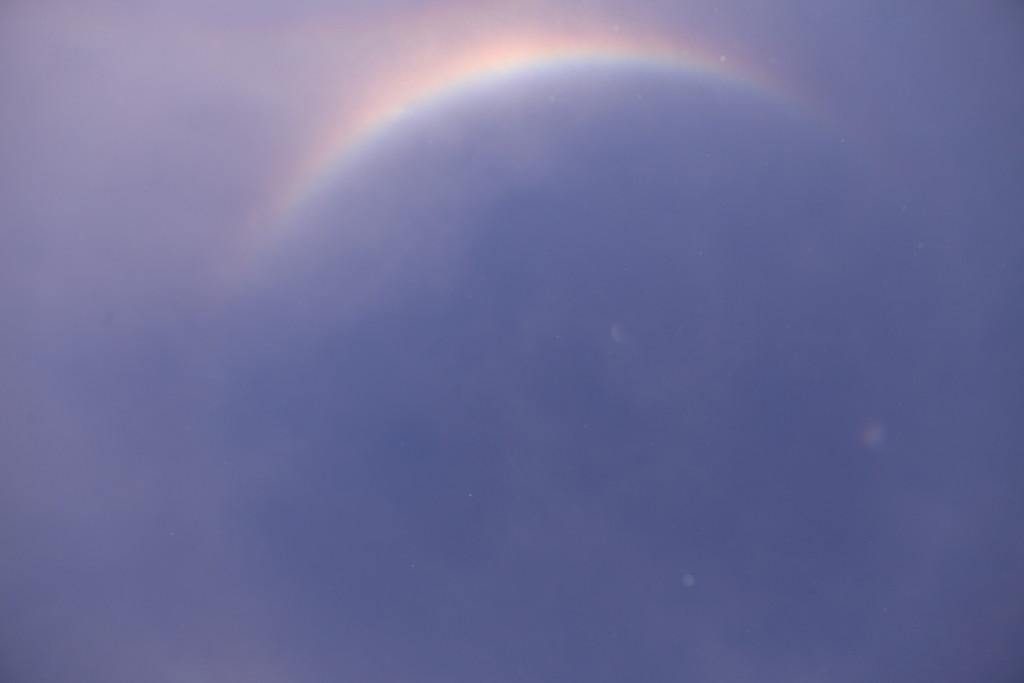 Zeniittiympäristön kaari näkyy kuvassa sateenkaaren väreissä. Yhdessä himmeämmän Kernin kanssa se muodostaa zeniitin kiertävän ympyrän. Kuva Emma Herranen