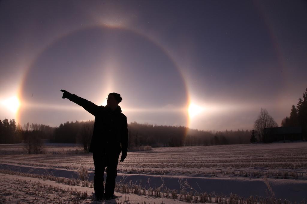 Auringon ympärillä loistivat häikäisevän kirkkaat sivuauringot. Markon ympärillä näkyy myös varsin yleinen 22:n asteen rengas, 22:n renkaan yläsivuava kaari, auringonpilari ja horisonttirengasta. Kuva Emma Herranen