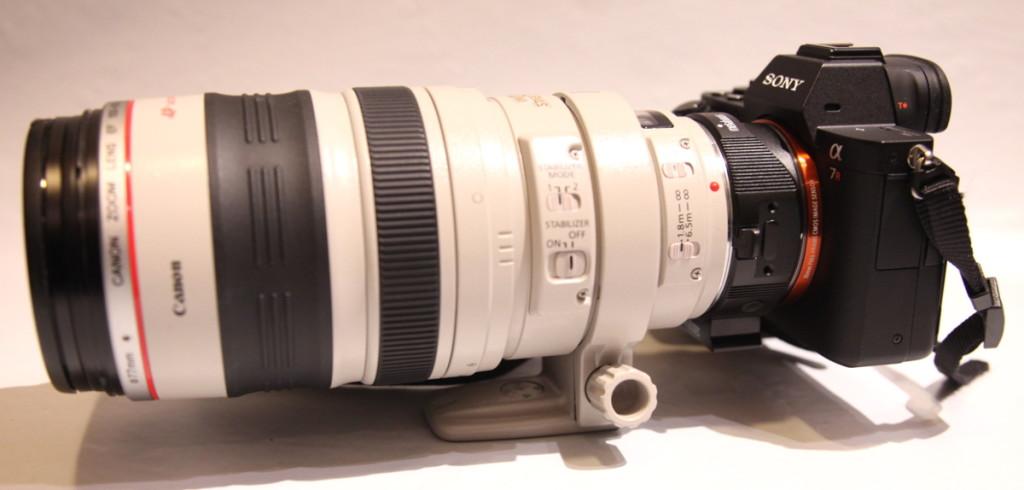 Pienestä voi tehdä myös ison: Metabones IV-sovittimella runkoon saa kiinni Canonin EF-kiinnityksen L-objektiivit niin että automaattitarkennus toimii mukavasti. Vastaavia sovittimia on saatavissa myös muiden valmistajien objektiiveille.