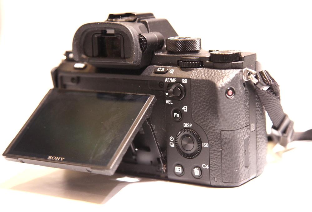 Kääntyvästä ruudusta on iloa kiinnitettäessä kameraa kaukoputkeen.
