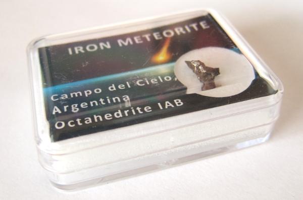 Ostin pienen rautameteoriitin Helsingin observatoriomuseon kaupasta.