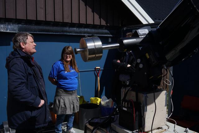 Peter ja Mirja esittelevät laitteiston aatelia.