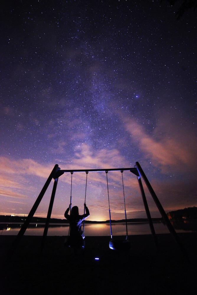 Yötaivas on valokuvaajan leikkikenttä ellei taajamien kellertävä valo peitä sitä näkyvistä. Kuva Emma Bruus