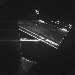 """Rosettan """"selfiessä"""" näkyy toinen aurinkopaneeleista ja komeetta."""