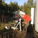 Kaj Wikstedt tarkastelee varustelaukkua ja Toni Veikkolainen katsoo Aurinkoa