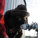 Kaj Wikstedt käyttää kaukoputkessa Herschel-kiilaa, jonka keraamisen lämpösuojan lävitse Aurinko paistaa himmeänä.