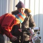 Toni Veikkolainen katsoo Aurinkoa H-alfa-kaukoputken lävitse. Kaj Wikstedt on taustalla.