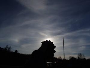 Keski- tai alapilven virgaan muodostunut ellipsihalo sekä yläpilviin muodostuneet sivuauringot Orimattilan taivaalla. Kuva: Marja Wallin.
