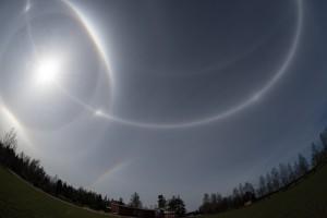 Kuva 2. Nivalan seudulla cirrostratus-pilvi oli aivanerityisen tasainen ja halot kirkkaita ympäri koko taivaanpallon. Kuva:Marko Mikkilä