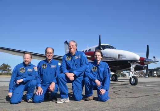 SETI -instituutin tutkimuslennon miehistö. Vasemmalta oikealle: Ron Dantowitz, Peter Jenniskens, Mike Koop and Jim Albers. Kuva: Peter Jenniskens.
