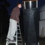 Juha Johansson tiirailemassa Obsession -teleskoopilla