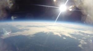 GoPro -kameran ottama kuva yläilmoista. Huomaa, miten kuvassa näkyy Maapallon kaarevuus ja avaruuden mustuus!