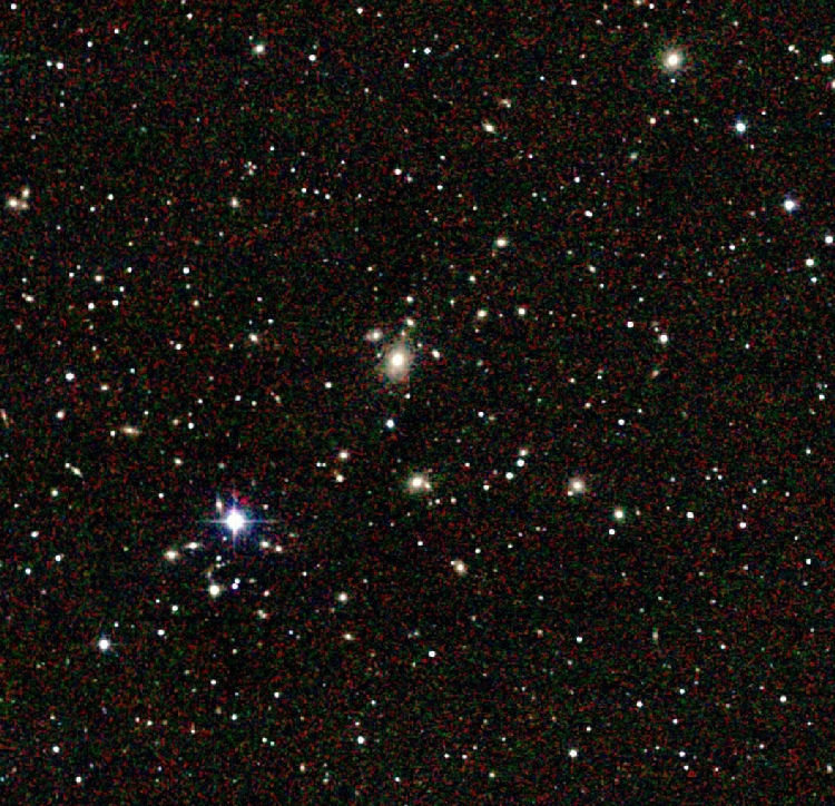 Shapleyn superjoukkoon kuuluvan Abell 3558:n ydinaluetta. Kuvan keskellä sijaitsee massiivinen, elliptinen galaksi ESO444-46). Kuva: The Two Micron All Sky Survey (2MASS).