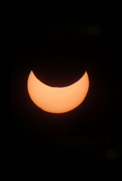 Vuoden 2011 osittainen auringonpimennys kuvattuna Utsjoella digiscoping -menetelmällä kaukoputken läpi. Kuva: Juha Ojanperä.