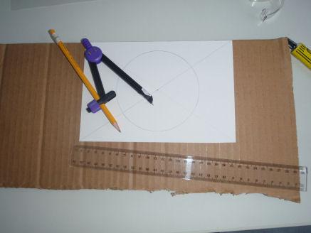 Kuva 1. Ympyrän piirtäminen kartonkiin harpin ja lyijykynän avulla. Ympyrän halkaisija vastaa havaintovälineesi objektiivipään halkaisijaa.