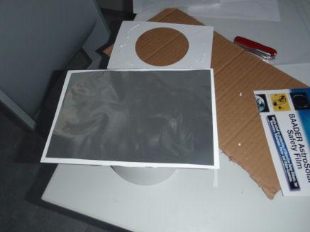 Kuva 8. Suodinkalvon asettaminen kahden reiällisen kartonginpalan väliin.