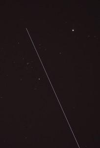 Silloin tällöin kuvakentän poikki lentävä satelliitti jättää viirun kuvaan, varsinkin pidemmillä valotuksilla. Kuva: Jari Heikkinen.