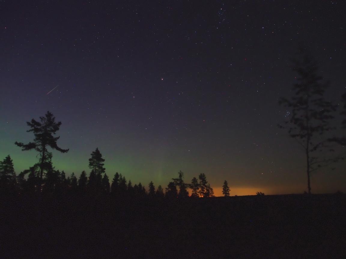 Revontulia ja perseidimeteori kuvattuna Tähtikallion havaintokeskuksella Orimattilan pitäjässä 14./15.8.2015. Kuva: Hannu Määttänen.