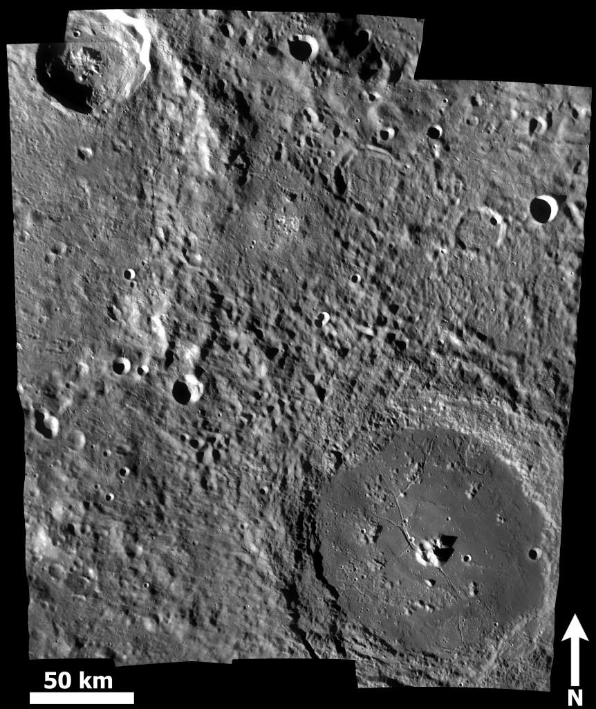 Kuva 3. Compton–Bel'kovichin vulkaaninen kompleksi on kuvan keskipisteestä hieman ylös ja vasemmalle oleva ympäristöään tasaisempi ja tummempi alue, jonka keskellä näkyy epämääräisiä vaaleita painanteita. Oikealla alhaalla kaunis Comptonin kraatteri, Bel'kovichin suuresta kraatterista ylhäällä vasemmalla näkyy kuvassa alle puolet. Mosaiikki Mercator-projektiossa LRO WAC -kuvista M119239483ME.IMG, M119225919ME.IMG, M119171618ME.IMG, M119198768ME.IMG ja M119205561ME.IMG. Kuva: ASU / LROC / T. Öhman.