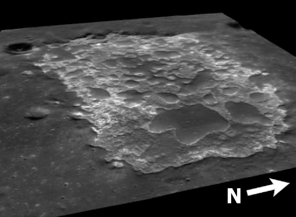 """Kuva 4. Perspektiivikuva Inasta. Inan suurin läpimitta on noin 3 km. Kuvan vasemmassa yläkulmassa on kraatteri Osama, ja suurin, etualalla näkyvä Inan pohjan """"rakkuloista"""" on nimeltään Mons Agnes. Kuva: ASU / LROC / ACT-REACT-QuickMap / T. Öhman."""