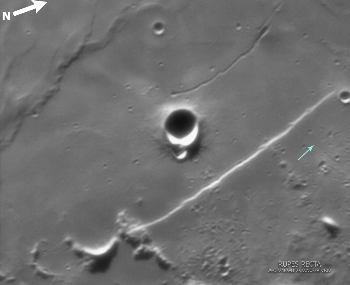 """Kuva 6. Jari Kankaanpään noin viiden vuoden takaisessa kuvassa erottuu Rupes Rectan itäpuolella oleva rille (sininen nuoli), joka lienee vaikuttanut Rupes Rectan syntyyn. Rillen kohdalle Rupes Rectassa näkyy ns. relay ramp -rakenne. Kaukoputki 12"""" Meade LX-200 SCT, 2x Barlow (Meade), kamera Imaging Source 1024 x 740 mv, pinottu 1000 (3000 kuvasta), Registax 5."""