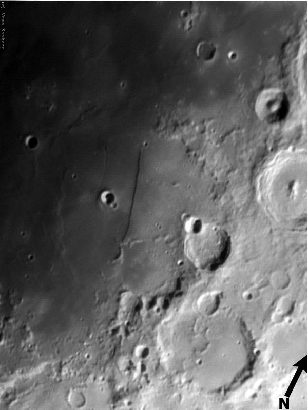 """Kuva 7. Vesa Kankare kuvasi Rupes Rectan Kotkassa 19.3.2005 klo 20.35. Rupes Rectan ja """"Ancient Thebitin"""", lisäksi kuvassa yläoikealla näkyy hyvin myös Alpetragiuksen täysin poikkeuksellinen pesässä olevaa linnunmunaa muistuttava keskuskohouma. Kaukoputki M200/1200 (Orion Optics Europa), 2x Barlow (Orion Shorty), IR Pass -suodin (Baader), webkamera Philips ToUCam II, pinottu 500 x 0,2 s (1000 kuvasta), Registax."""