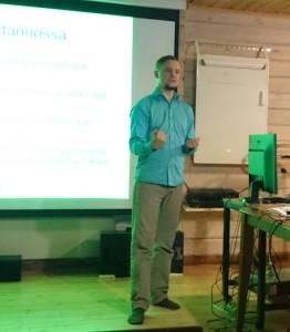 Antti Halava esitelmöimässä Kerhoseminaarissa 2016.