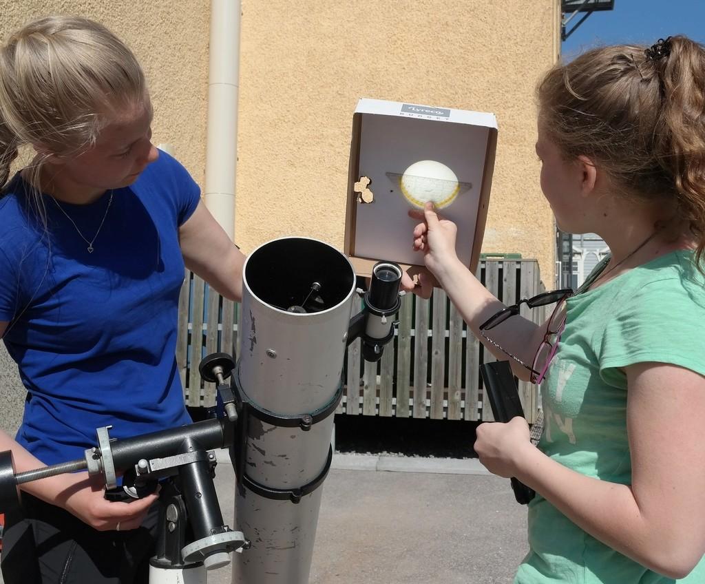 Oppilaat seuraavat Merkuriuksen ylikulkua astelevyn avulla. Kuva: Peter von Bagh