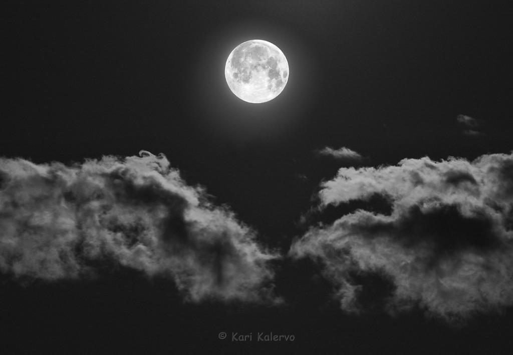 Pilvilinnoja täyden Kuun aikaan. Kuva: Kari Kalervo.