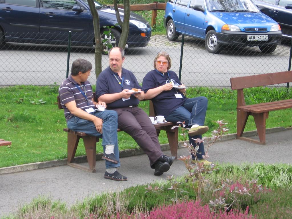 Kuva: Ottó Faragó ja Astrid Teuscher-Farago olivat kahvitauolla elokuun lopussa 2008 Drebachin planetaariossa pidetyssä tähdenpeittojen havaitsijoiden symposiossa. Kuvassa vasemmalla puolella olevan kolmannen henkilön nimi ei ole tiedossani. Kuva: Matti Suhonen.